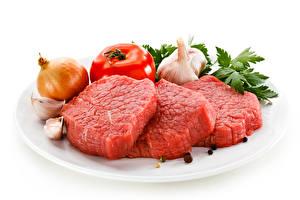 Fotos Fleischwaren Zwiebel Tomate Knoblauch Schwarzer Pfeffer Weißer hintergrund Teller Beef Lebensmittel