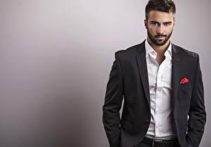 Bureaubladachtergronden Een man Grijze achtergrond Kijkt Overhemd Pak (kleding) Prachtige Baarden