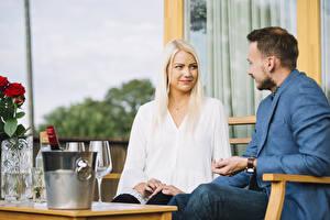 Bilder Mann 2 Blondine Sitzt Starren Romantisches date junge frau