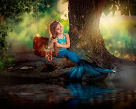 Desktop hintergrundbilder Meerjungfrau Sitzt Kleine Mädchen Schatztruhe kind