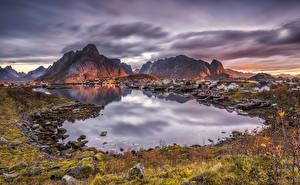Bilder Norwegen Lofoten Gebäude Gebirge Morgendämmerung und Sonnenuntergang Bucht Reine