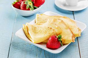 Fotos Eierkuchen Erdbeeren Bretter Teller das Essen