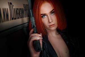 Fonds d'écran Pistolets Roux Fille Regard fixé Cheveux Maquillage Beaux Elvira Pozdnysheva Alexander Drobkov-Dark