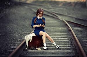 Fonds d'écran Chemin de fer Jambe Assise Valise Beaux Aux cheveux bruns Anna Shuvalova