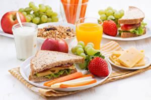 Fotos Sandwich Brot Erdbeeren Milch Saft Käse Weintraube Äpfel Frühstück Trinkglas das Essen