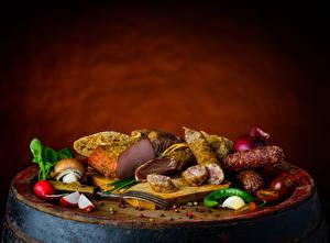 Desktop hintergrundbilder Wurst Schinken Pilze Tomate Chili Pfeffer Radieschen Knoblauch Schneidebrett das Essen