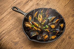 Picture Seafoods Wood planks Frypan mussels Food
