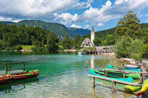Hintergrundbilder Slowenien See Seebrücke Boot Berg Wald Lake Bohinj