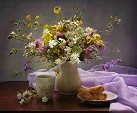 Hintergrundbilder Stillleben Blumensträuße Kamillen Flockenblumen Törtchen Vase Glocke Tasse Teller Blumen Lebensmittel