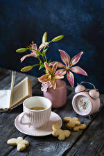 Bilder Stillleben Uhr Lilien Kaffee Kekse Bretter Vase Tasse Blütenknospe Blumen
