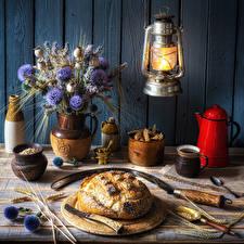 Hintergrundbilder Stillleben Petroleumlampe Blumensträuße Brot Flockenblumen Kaffee Bretter Wände Spitzen Becher Schneidebrett das Essen