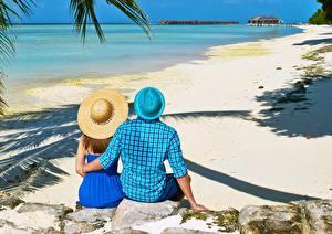 Fotos Stein Tropen Mann Resort Strände Umarmung Zwei Der Hut Sitzt Hinten Natur Mädchens