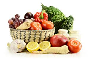 Bilder Gemüse Tomaten Äpfel Zitronen Knoblauch Paprika Weißer hintergrund Weidenkorb das Essen