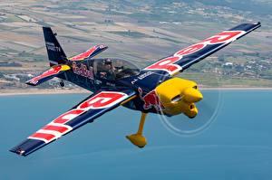 Bilder Flugzeuge Flug Zivko Edge 540, Monoplane Red Bull Luftfahrt