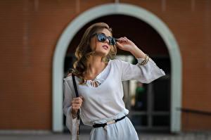 Bilder Posiert Brille Model Braune Haare Ananda, Dmitry Medved junge Frauen
