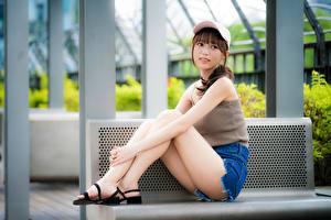 Hintergrundbilder Asiatische Baseballmütze Bein Hübsche Shorts Sitzend Bank (Möbel) Mädchens