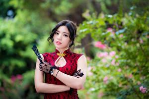 Bilder Asiatische Kleid Bokeh Hand Handschuh Brünette Süßes Blick