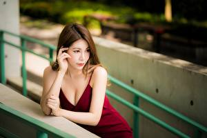 Fotos Asiatische Hand Kleid Braune Haare Bokeh Dekolleté Mädchens