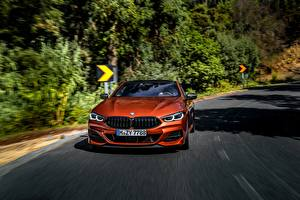 Bilder BMW Vorne Orange Fahrendes Coupe 2018 M850i xDrive 8erG15 Autos