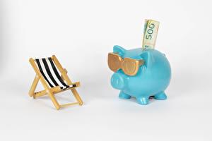 Hintergrundbilder Papiergeld Geld Sparschwein Weißer hintergrund Sonnenliege