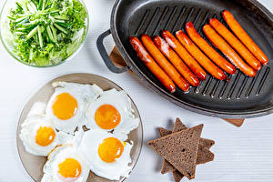 Photo Bread Vienna sausage Salads Plate Frying pan Fried egg