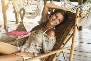 Hintergrundbilder Braune Haare Lächeln Sitzt Sonnenliege junge frau