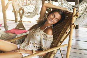 Hintergrundbilder Braune Haare Lächeln Sitzen Sonnenliege junge frau