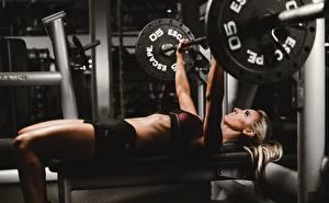 Bilder Fitness Hantelstange Liegen Trainieren Mädchens