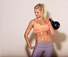 Fotos Fitness Hanteln Bauch Blond Mädchen sportliches Mädchens