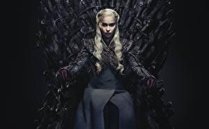 Hintergrundbilder Game of Thrones Emilia Clarke Daenerys Targaryen Sitzend Thron Blondine Film Prominente Mädchens