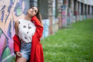 Fotos Graffiti Model Bokeh Umhang Shorts Junge frau Carmen Verona Mädchens