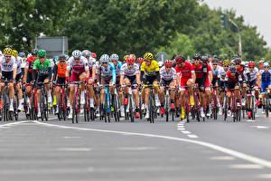 Desktop hintergrundbilder Mann Radrennen Fahrrad Helm sportliches