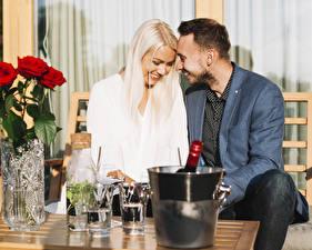 Fotos Mann Zwei Blond Mädchen Lächeln Sitzen Eimer Romantisches date Mädchens