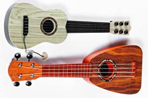 Fotos Musikinstrumente Weißer hintergrund Gitarre Zwei Ukulele