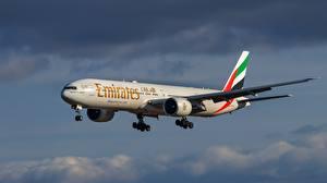 Hintergrundbilder Verkehrsflugzeug Boeing Flug 777-31H Luftfahrt