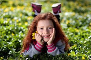 Hintergrundbilder Rotschopf Kleine Mädchen Liegen Lächeln Gras Gesicht Zähne Kinder