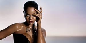 Fotos Rihanna Halskette Model Hand Starren Prominente Mädchens