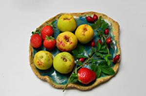 Fonds d'écran Fraises Pommes Fond gris Branche Cynorhodon aliments