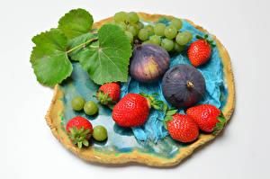 Hintergrundbilder Erdbeeren Weintraube Echte Feige Weißer hintergrund Blattwerk