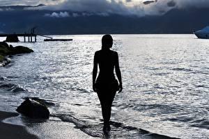 Hintergrundbilder Morgendämmerung und Sonnenuntergang Küste Meer Silhouetten Hinten Mädchens