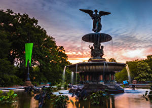Fotos USA Abend Springbrunnen Skulpturen New York City Bethesda Fountain Natur