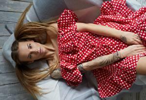 Fotos Posiert Model Hand Haar Frisuren Liegt Kleid Veronika Wonka