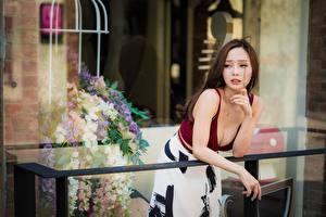 Fotos Asiatische Unscharfer Hintergrund Pose Dekolleté Braune Haare Balkon Süß Hand Mädchens
