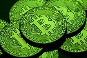 Bakgrundsbilder på skrivbordet Bitcoin Närbild Ett mynt Grön