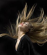 Fotos Schwarzer Hintergrund Blond Mädchen Haar Dunkelbraun