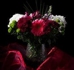 Bilder Sträuße Levkojen Chrysanthemen Inkalilien Schwarzer Hintergrund Vase