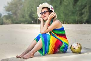 Hintergrundbilder Kokos Asiatische Strände Sand Sitzend Der Hut Brille Ausruhen junge frau