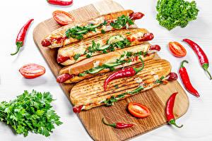 Bilder Fast food Hotdog Gemüse Tomate Chili Pfeffer Schneidebrett