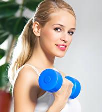 Fotos Fitness Blond Mädchen Starren Hantel junge Frauen Sport