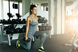 Bilder Fitness Hanteln Trainieren Lächeln Sport Mädchens